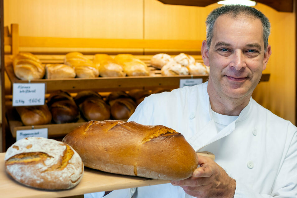 """Bäckermeister Steffen Haufe sagt über sich: """"Ich habe alles erreicht, was ich erreichen konnte."""" Zahlreiche Urkunden in seinem Geschäft bestätigen ihm eine hohe Qualität seiner Waren, was auch die Kunden zu schätzen wissen."""