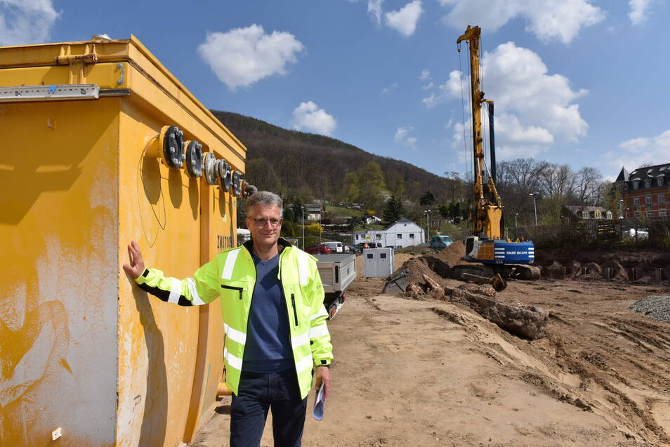 Jens Römisch ist Projektleiter bei der Stadt Freital. In den Container hinter ihm befindet sich die Reinigungsanlage für das abgepumpte Grundwasser.