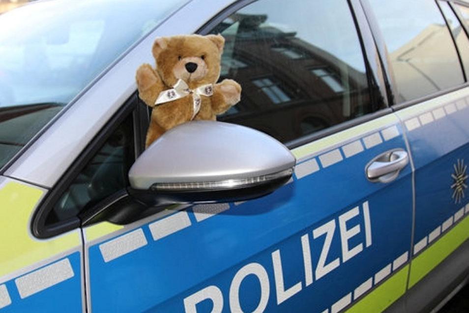 Viele Streifenwagen haben solch einen Teddy mit an Bord. Sind beispielsweise bei Unfällen Kinder beteiligt, helfen die Plüschtiere, sie zu beruhigen.