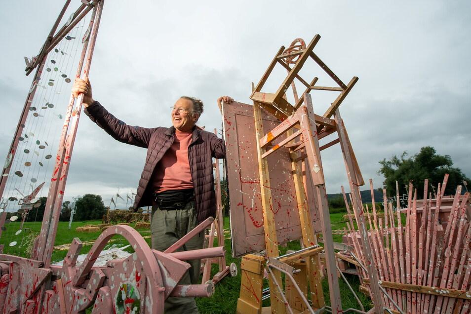 Die Vorbereitungen für den diesjährigen Weinherbst sind im vollen Gange. Der Radebeuler Künstler Reinhard Zabka baut auf der Elbwiese sein Labyversum, einen labyrinthischen Skulpturengarten, auf.