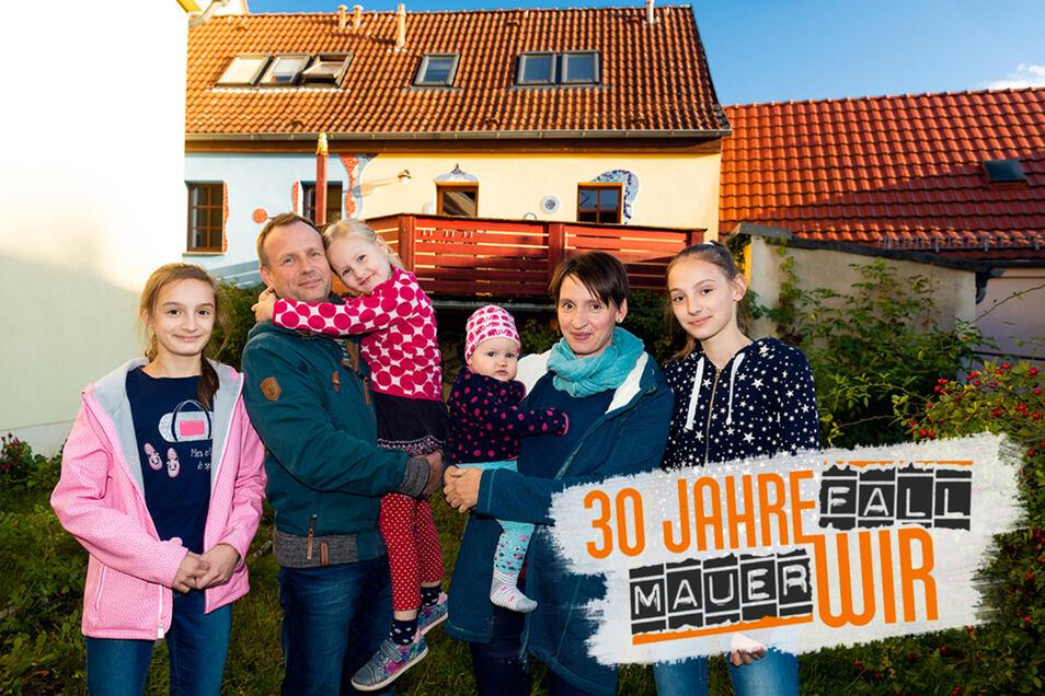 Thomas und Katharina Kucharek leben mit ihren vier Töchtern gern in der Bischofswerdaer Innenstadt. Die Kinder von links: Wilhelmine, 13 Jahre, Luise, fast sechs Jahre, Nesthäkchen Josefine, ein Jahr, und Helene, 15 Jahre.