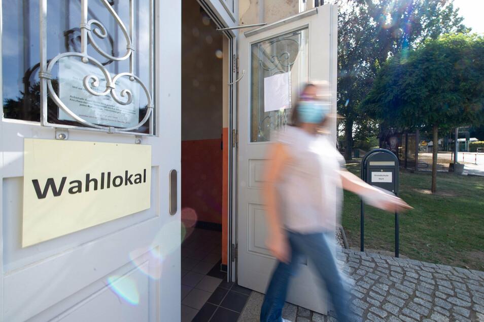 Zutritt nur mit Mundschutz: In den Wahllokalen mussten sich die Arnsdorfer an die Hygienevorschriften halten.