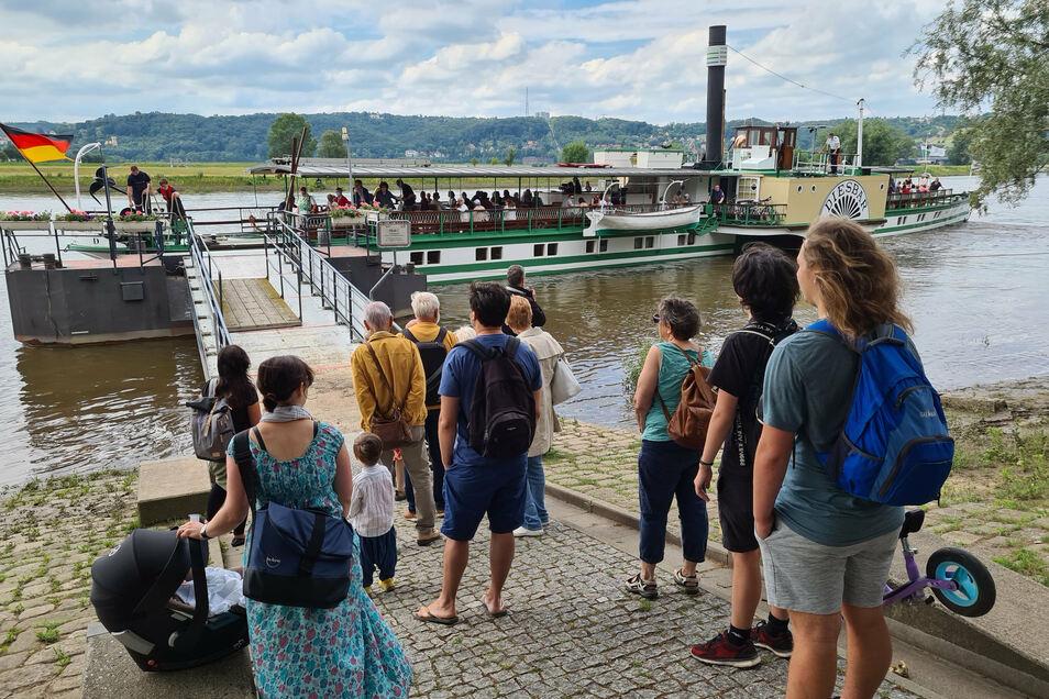 Passagiere gibt es derzeit reichlich. Hier, am Anleger in Radebeul, steigen mehr als zwei Dutzend Touristen zu.