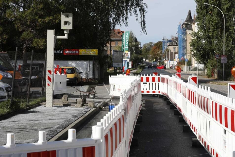 Der Fußweg um den Blitzer an der Dresdner Straße wird breiter gemacht, die Dresdner Straße ist dafür halbseitig gesperrt.