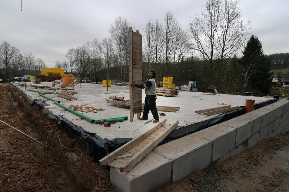 Am Roßweiner Baderberg sind die Bauarbeiten für ein neues Pflegeheim angelaufen. Die Seniorenresidenz mit 130 Pflegebetten soll im Frühjahr 2021 eröffnen.