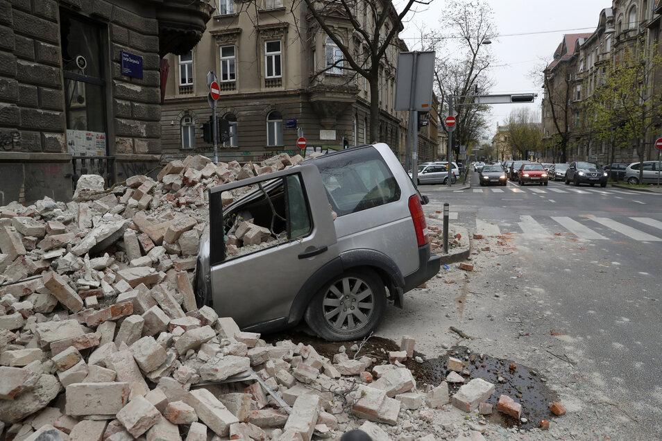 Ein Auto wurde nach einem Erdbeben von herabfallenden Trümmern zerquetscht.