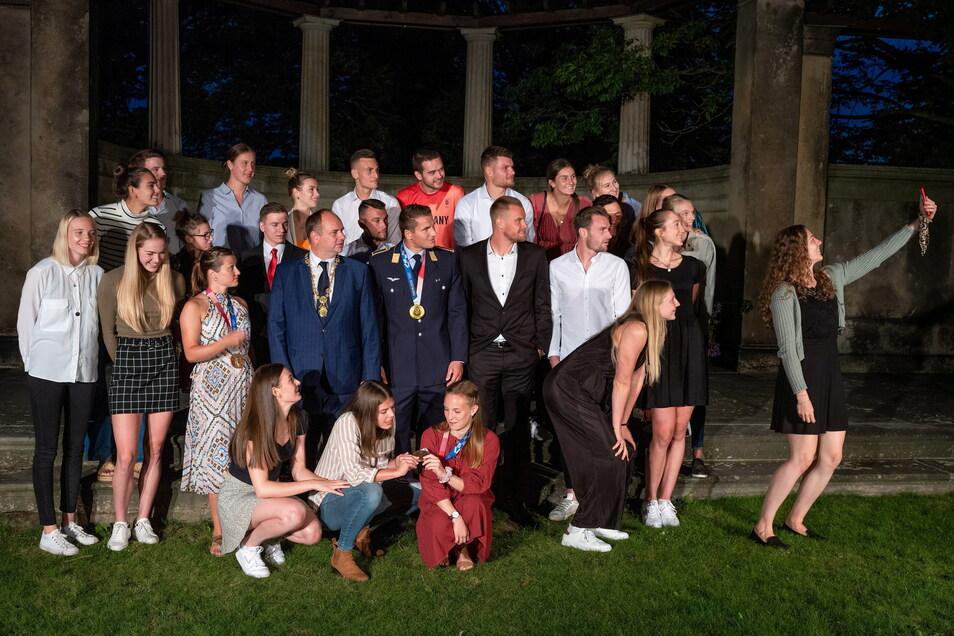 Im Kreis der Besten werden auch beim offiziellen Foto Selfies geschossen. Das Team Dresden - nach Lesart von Oberbürgermeister Dirk Hilbert.