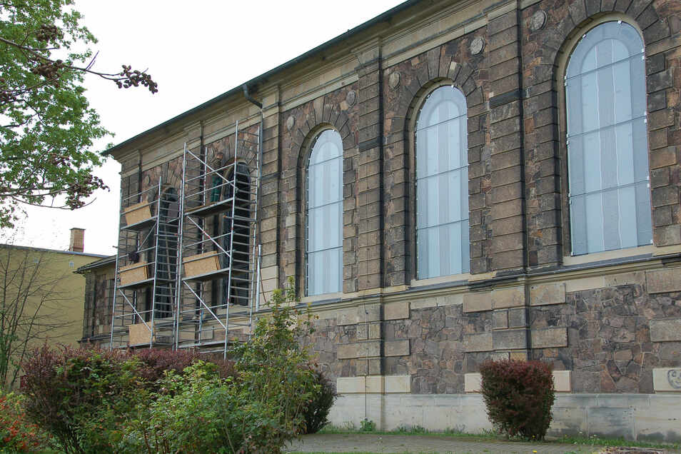 An der Emmauskirche in Freital-Potschappel werden neue Fenster eingebaut.