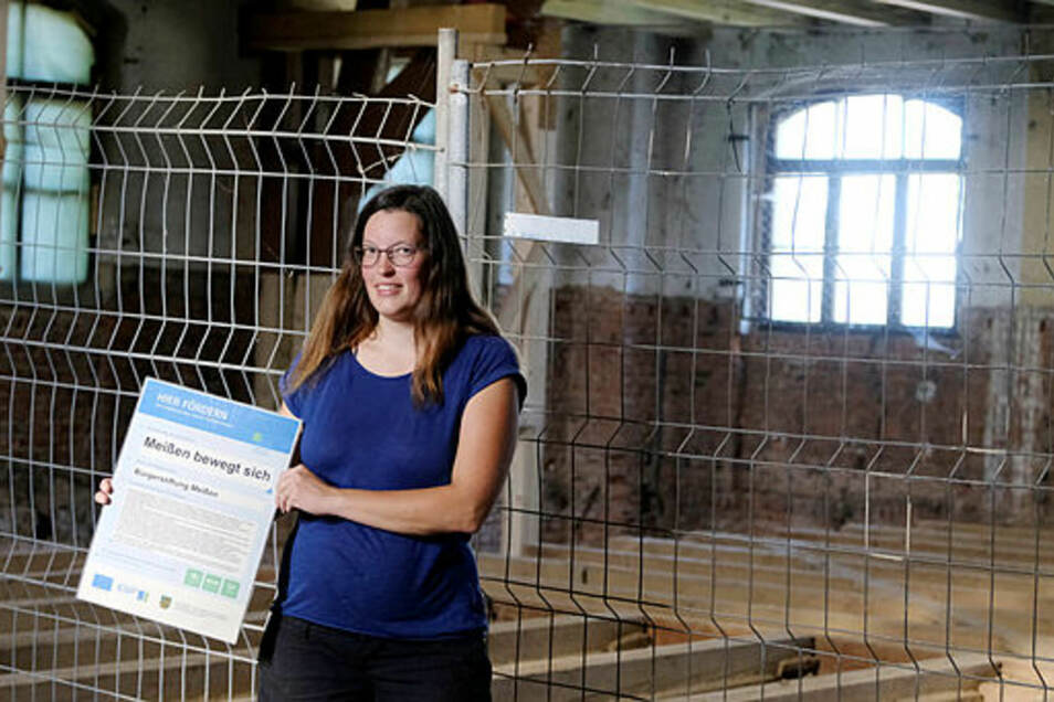 Johanna Singer zeigt das Projekt der Bürgerstiftung.