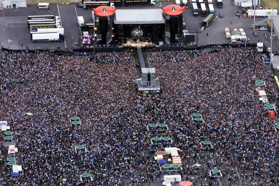 Die australischen Hardrocker von AC/DC spielen 2001 auf der Fläche des Fahrerlagers. 70.000 Fans kommen und sind begeistert.