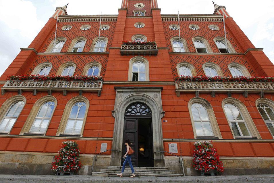 Auch wenn es beim flüchtigen Blick nicht gleich auffällt - Fenster und Fassade des Kamenzer Rathauses müssen saniert werden.