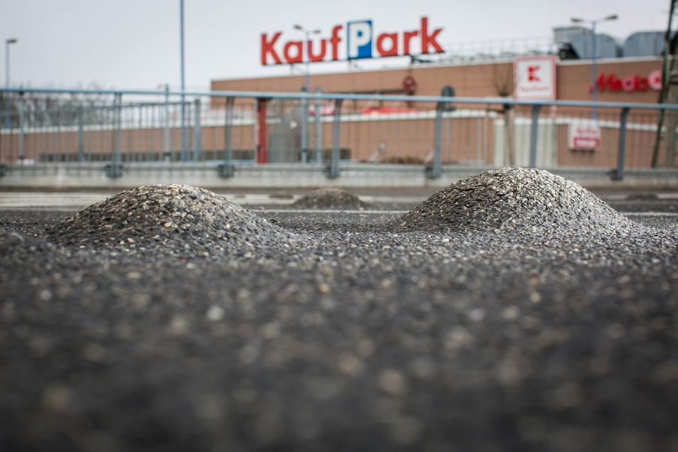 Regelmäßig bilden sich diese Auswölbungen im Belag des Parkdecks, die abgefräst werden müssen.