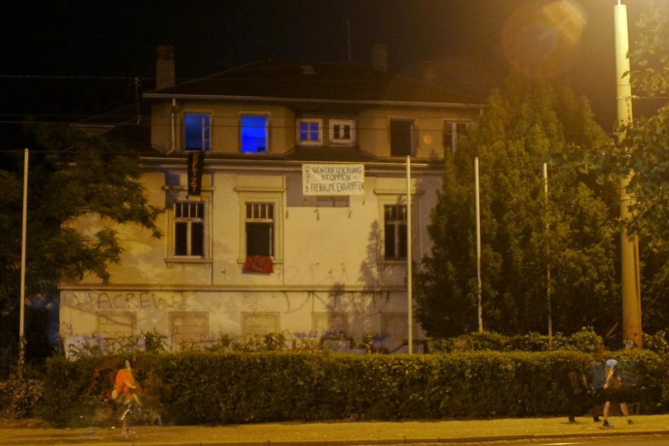 Mehrere Banner an der Fassade des Hauses machen auf die Besetzung aufmerksam.