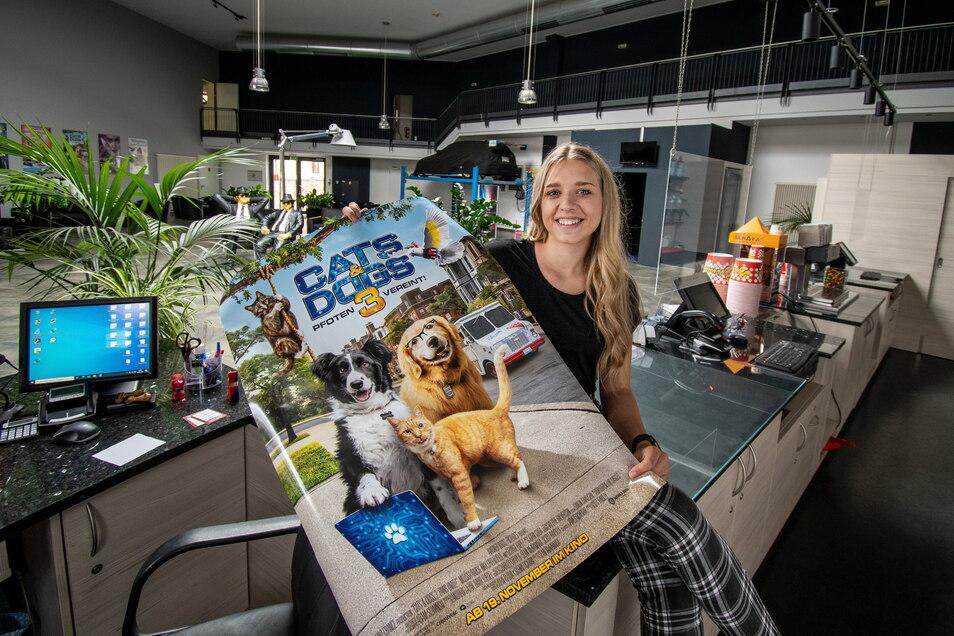 Im Cinema geht es wieder los. Renee Penkalla zeigt das Plakats des Films Cats & Dogs, der ab Donnerstag im Döbelner Kino gezeigt wird.