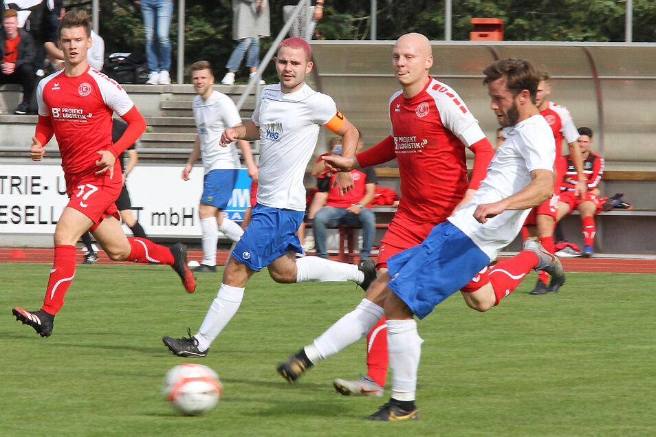 Der LSV Neustadt/Spree (in Weiß-Blau) entfaltete in der Landesliga-Auswärtspartie beim SV Einheit Kamenz durchaus Vorwärtsdrang, ging sogar in Führung – und stand am Ende mit ganz leeren Händen da, auch auf Grund zweier Platzverweise.
