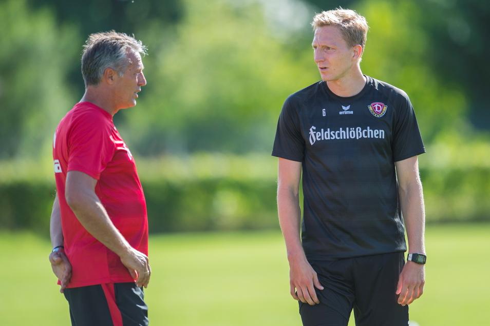 Als Kapitän und Führungsspieler war und ist Marco Hartmann auch für Dynamos Trainer ein wichtiger Ansprechpartner wie hier für Uwe Neuhaus (l.) im Sommer 2017 im Trainingslager in Bad Gögging.