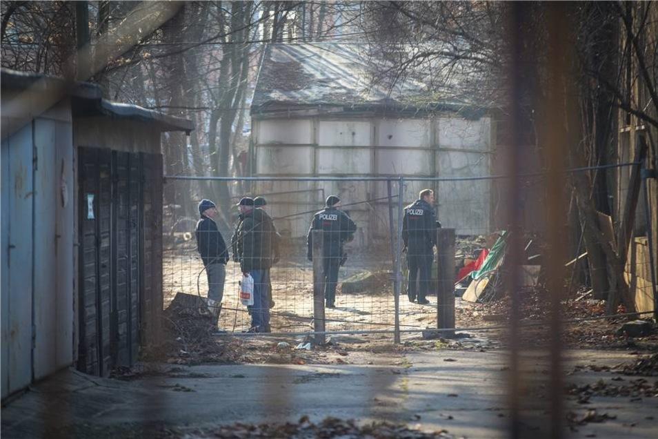 Polizeibeamte begutachten das Gelände.