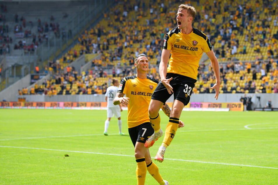 Mit seinen zwei Toren und einer Vorlage ist Christoph Daferner (rechts im Bild) der herausragende Mann bei Dynamos 3:0-Auftaktsieg gegen den FC Ingolstadt.