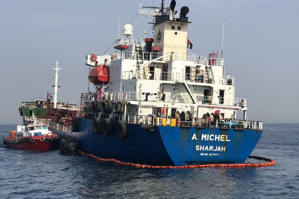 """Blick auf das unter der Flagge der Vereinigten Arabischen Emirate fahrende Schiff """"A. Michel""""."""
