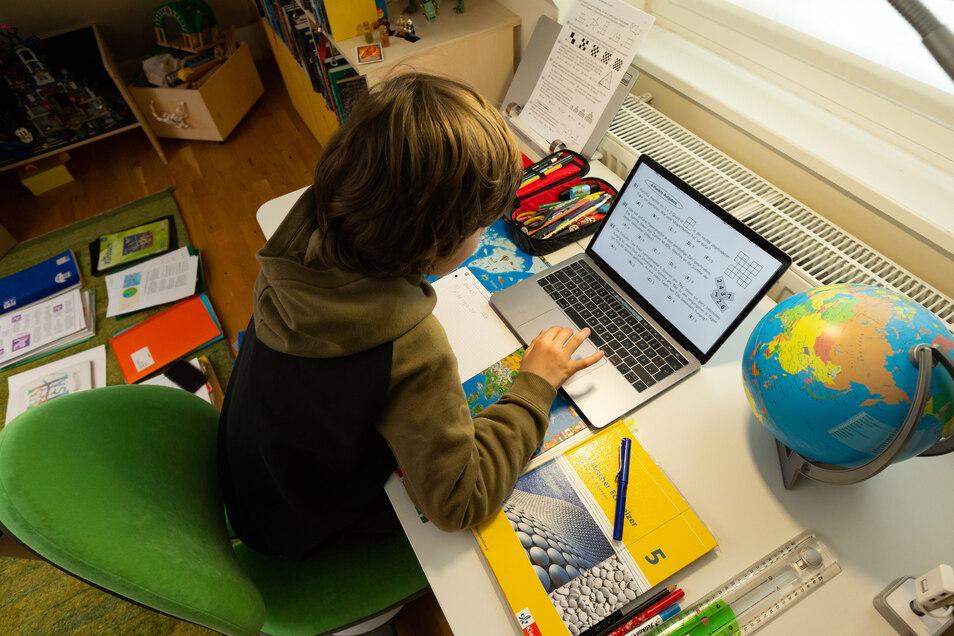 Symbolbild: Der Elfjährige Gymnasiast Julius löst in seinem Kinderzimmer Aufgaben, die ihm seine Lehrer für jeden Tag über den Schulserver geschickt haben. Wegen des Coronavirus bleiben in der Hansestadt alle Schulen und Kitas geschlossen.