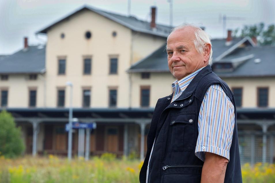 Karl-Ernst Simm steht am Bahnhof Ebersbach und setzt sich seit Jahren dafür ein, dass zwischen Löbau und Ebersbach wieder Personenzüge fahren.