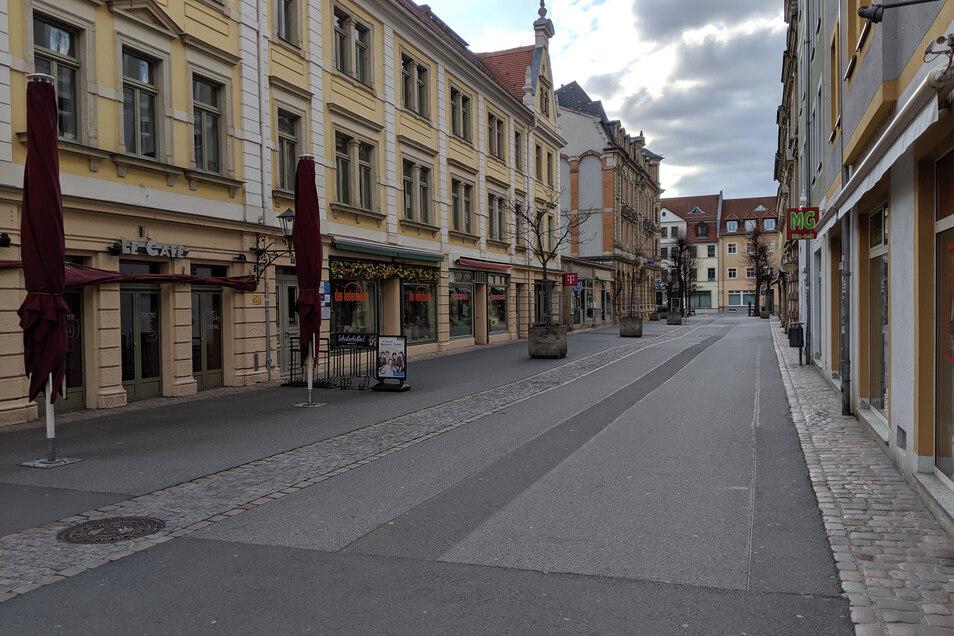 Café und Pizzeria verwaist: Die Jacobäerstraße in Pirna war am Sonnabendnachmittag menschenleer.