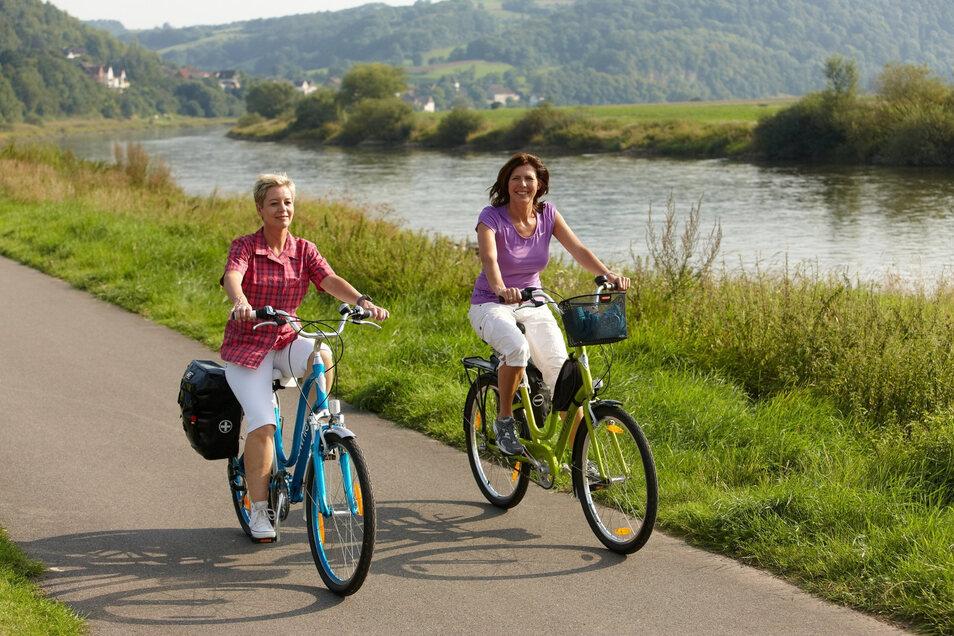 Radfahrerinnen unterwegs entlang des Weser-Radwegs: Flussradwege eignen sich besonders gut für Einsteiger.