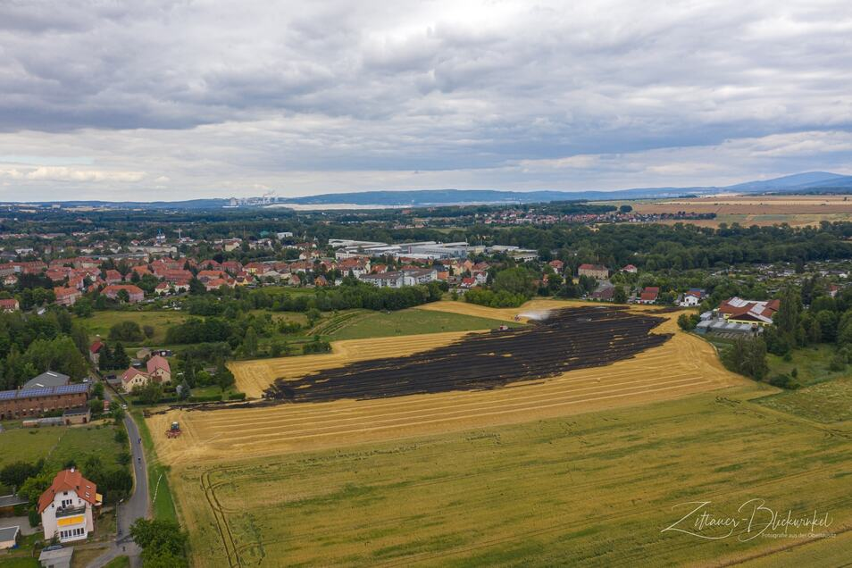 Der Blick von oben: Eine Fläche von 3,5 Hektar ist vom Brand betroffen. Eine Strohpresse war der Auslöser.