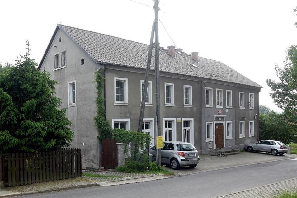 So sieht die alte Schule von Oberullersdorf/Kopaczów – nur ein paar Kilometer von Zittau – entfernt, heute aus.