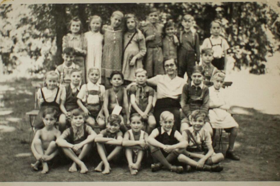 Von den Ferienspielen in der Dresdner Heide Anfang der 1950er-Jahre schwärmt Monika Hengst (obere Reihe, Dritte v.l.) noch heute.