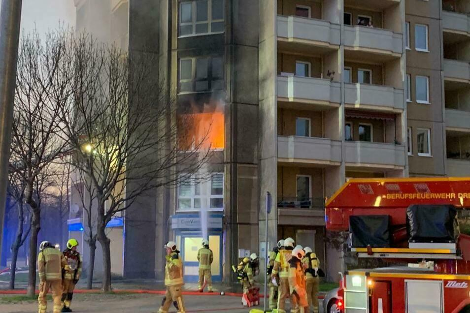 Flammen schießen aus der Wohnung in der Alberstraße. Die Feuerwehr hatte am Abend des 8. April alle Hände voll zu tun, den Brand zu löschen. Der psychisch kranke Brandstifter steht nun vor Gericht.