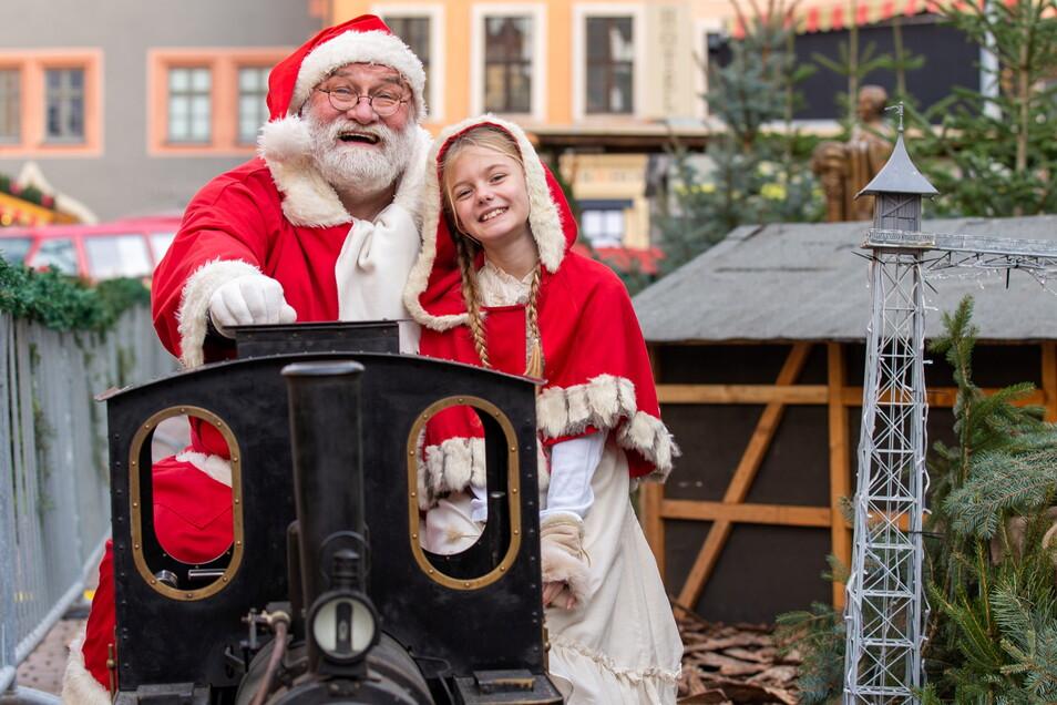 So schön war der Canalettomarkt 2019: Weihnachtsmann Ekkehart Garten sitzt mit dem Weihnachtskind Caroline (7) auf der Dampfeisenbahn.