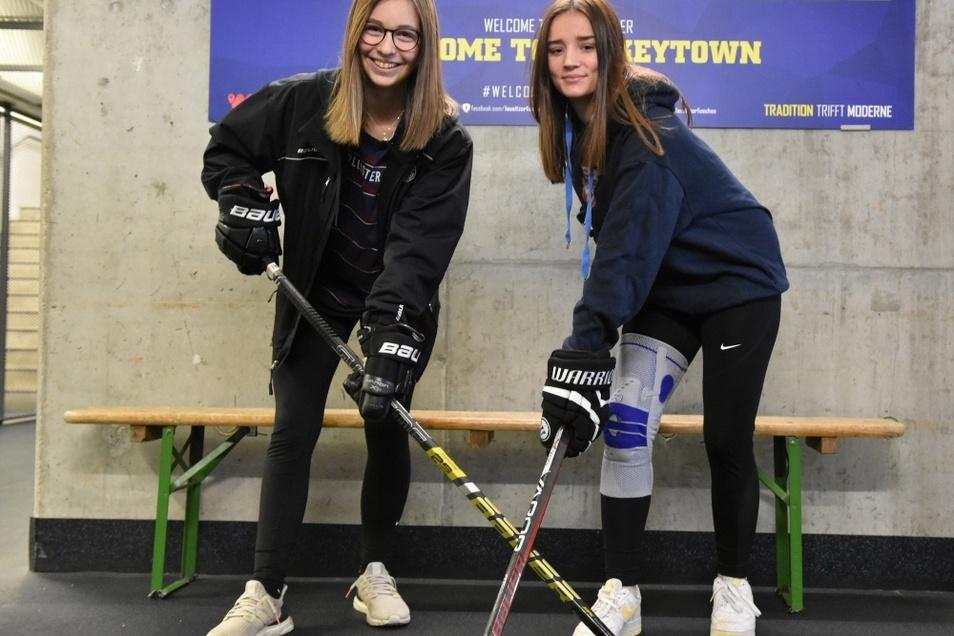 """Maya Stöber (links) und Nele Deckert (rechts) kreuzen hier für die Kamera die Eishockey-Schläger. Die beiden Mädchen spielen derzeit in der """"U 15"""" für die """"Lausitzer Füchse"""" – meist mit Jungs im Team gegen männliche Kontrahenten."""