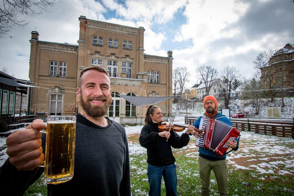 Andreas Schützenender (links) betreibt ab Mai den Biergarten am Kulturbahnhof in Leisnig. Zur Eröffnung und dann regelmäßig an den Wochenenden soll es Live-Musik geben, unter anderem von Kathryn Döhner und Christoph Schönbeck.