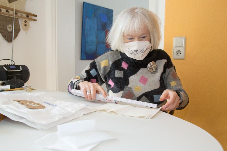 Die erste Maske hat Ingrid Ruff mit einem Katzengesicht versehen. Der Fantasie seien aber keine Grenzen gesetzt, erklärt die Seniorin. Ihre Maske ist bei etwa 80 Grad Wassertemperatur waschbar und biete guten Schutz für den alltäglichen Gebrauch.