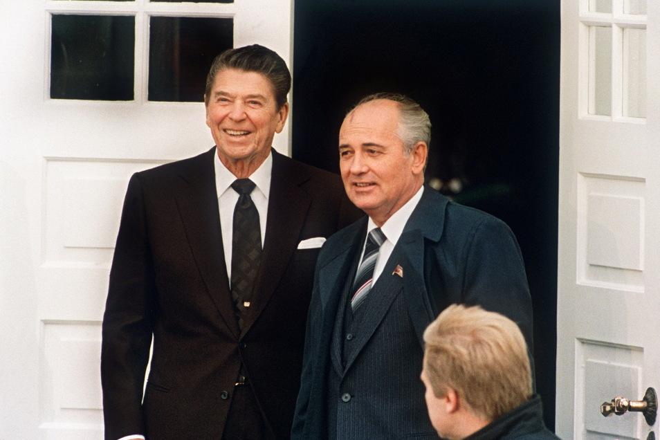 Oktober 1986: Gipfelgespräche mit US-Präsident Ronald Reagan in Reykjavik. Ein Jahr später wird die Abschaffung der Mittelstreckenraketen besiegelt.