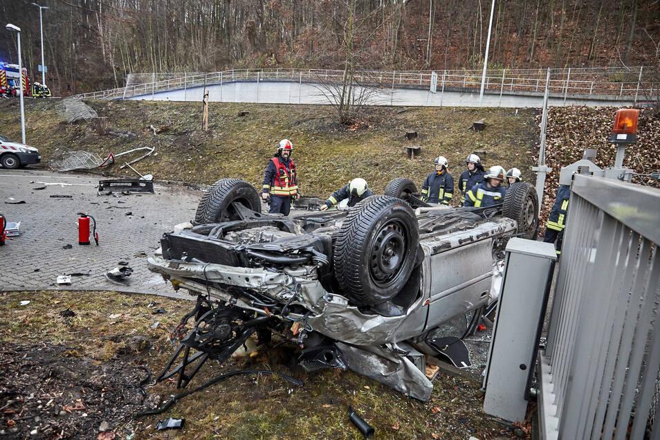 Der Wagen durchbrach einen Zaun, raste einen Abhang hinunter und überschlug sich.