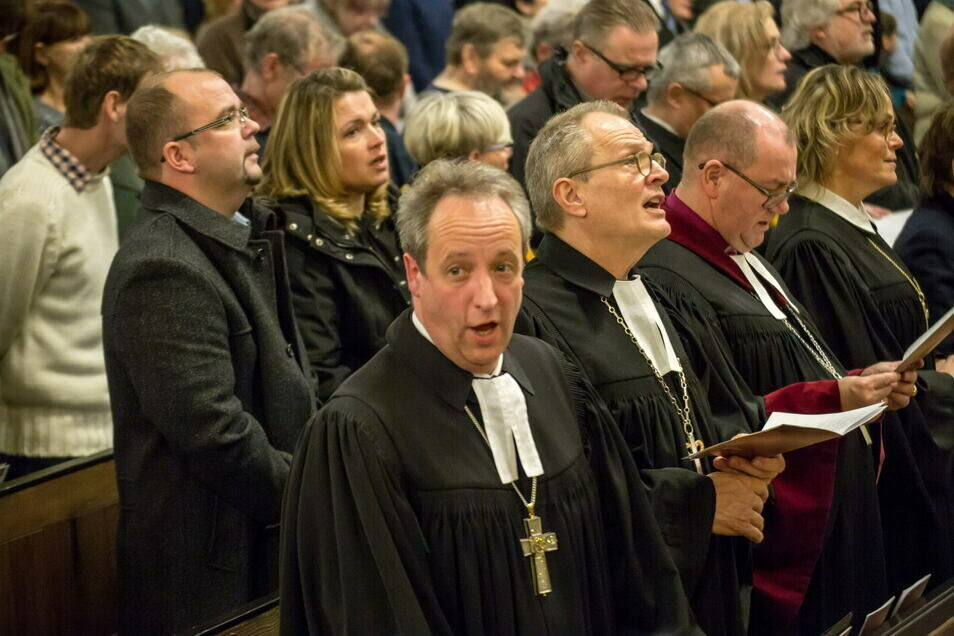 Der Berliner Bischof Christian Stäblein (Bildmitte) war im Dezember 2019 in Görlitz, als die neue Stiftung St. Martin gegründet wurde. Damals war er noch Probst.