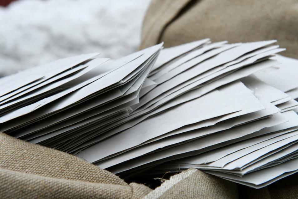 Beschwerdebriefe lagern in Säcken.