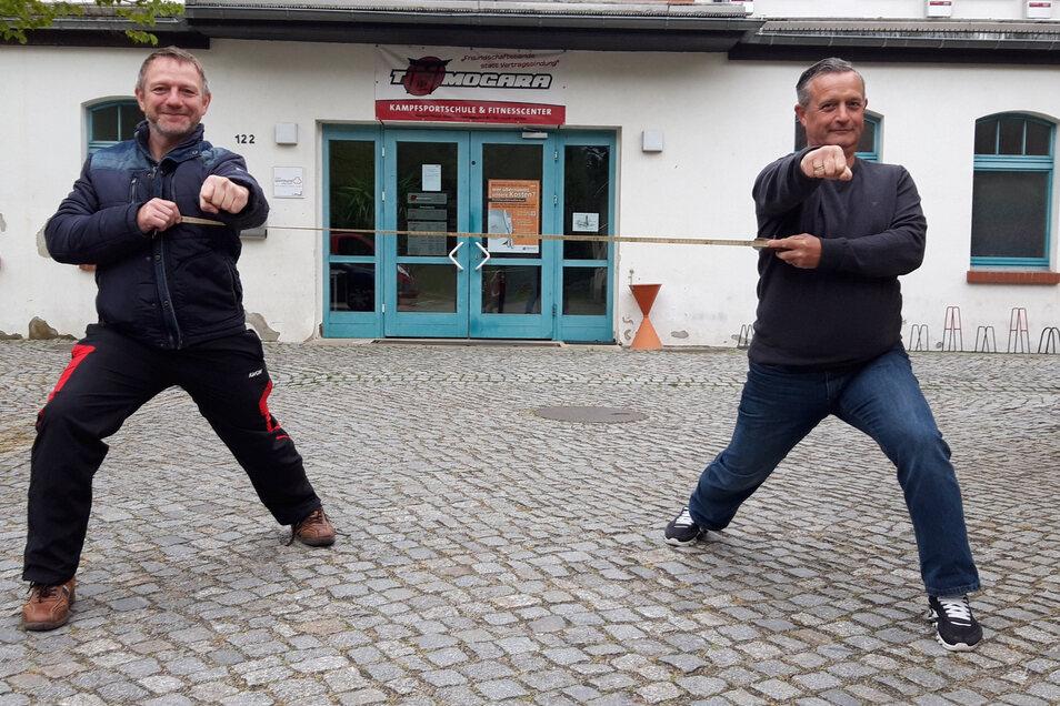 Jens Skarupski (l.) und Jan Geppert vom Sportzentrum Tomogara in Kamenz haben es schon getestet: Trainiert wird vorerst auf dem Parkplatz, denn die Halle darf wegen der Corona-Maßnahmen noch nicht genutzt werden.
