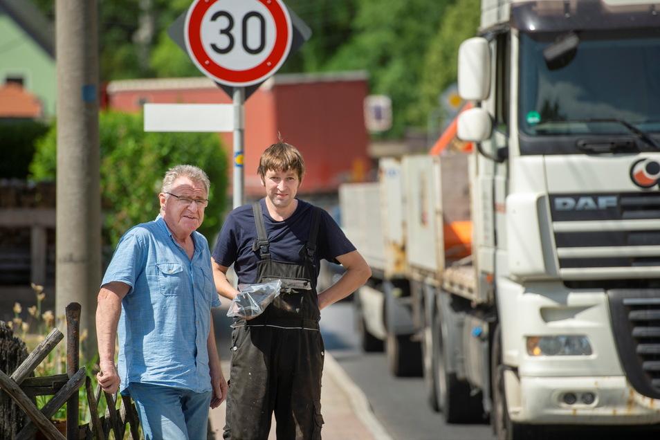 Brummis im Minutentakt: Bürgermeister Hans-Joachim Weigel mit B 98-Anrainer Gunnar Schleinitz an der Schönfelder Ortsdurchfahrt.