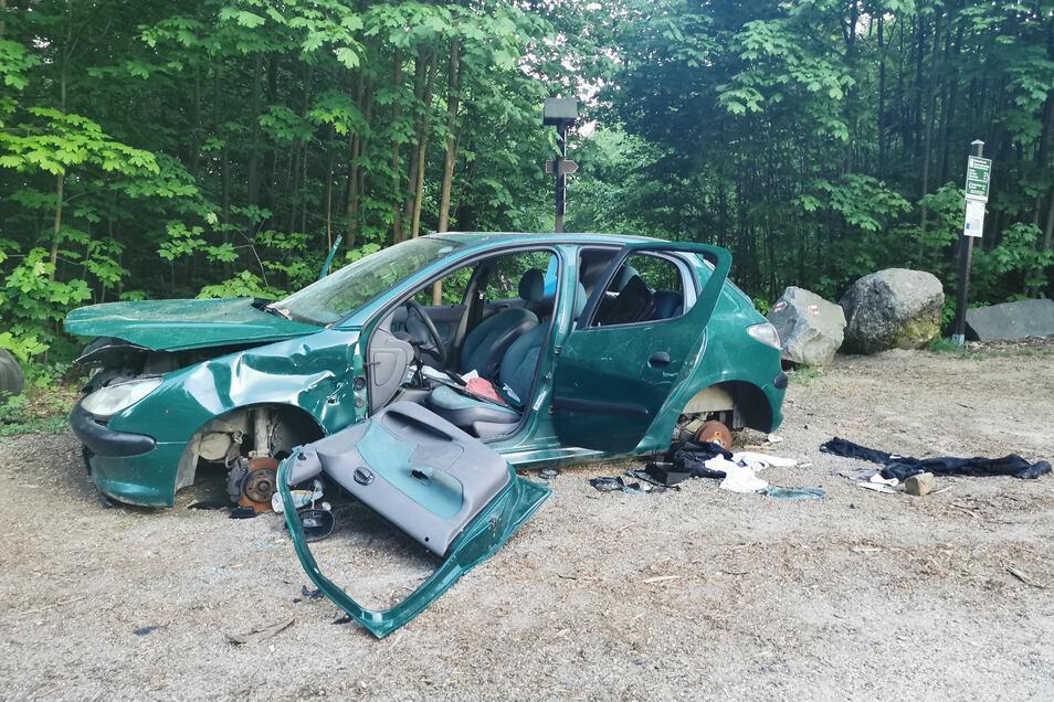 Seit Mitte April steht das Autowrack am Kammloch in Oybin und wird immer weiter ausgeschlachtet und demoliert.