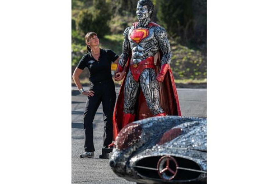 Steffi Glück neben einer «Superman»-Skulptur.