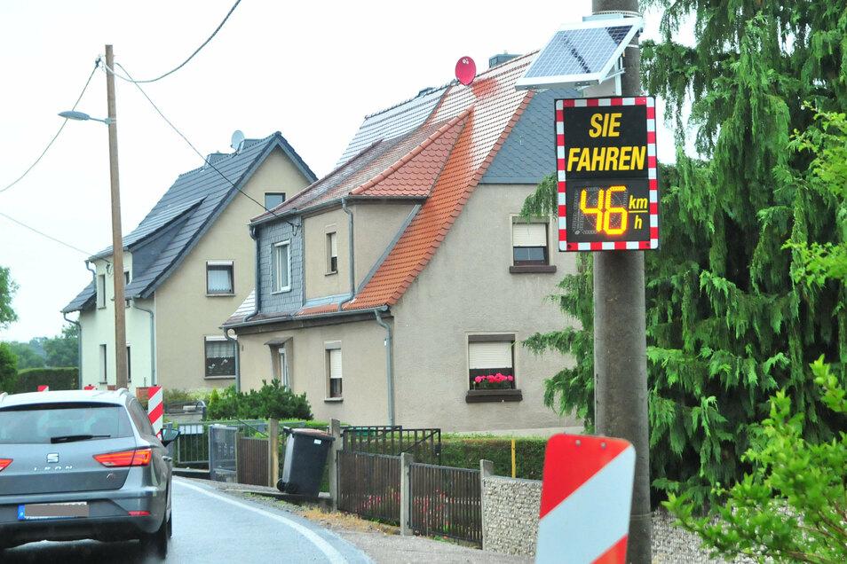 """Ein Geschwindigkeitsanzeiger mahnt seit März 2019 an der Ortsausfahrt Skassa Richtung Weißig vor zu schnellem Fahren. Mit dieser """"Kuschellösung"""" könnte es bald vorbei sein."""