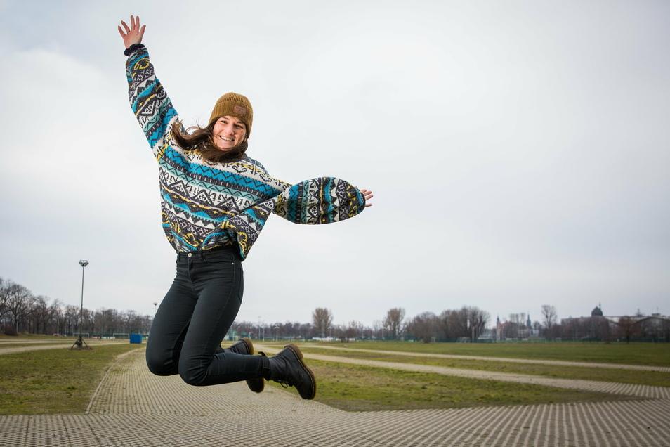 Freudensprung in der Flutrinne. Noch herrscht dort gähnende Leere. Aber im August soll im Ostragehege ein Festivaldorf stehen. Mitorganisatorin Laura Hoyer greift dafür zu den Sternen.