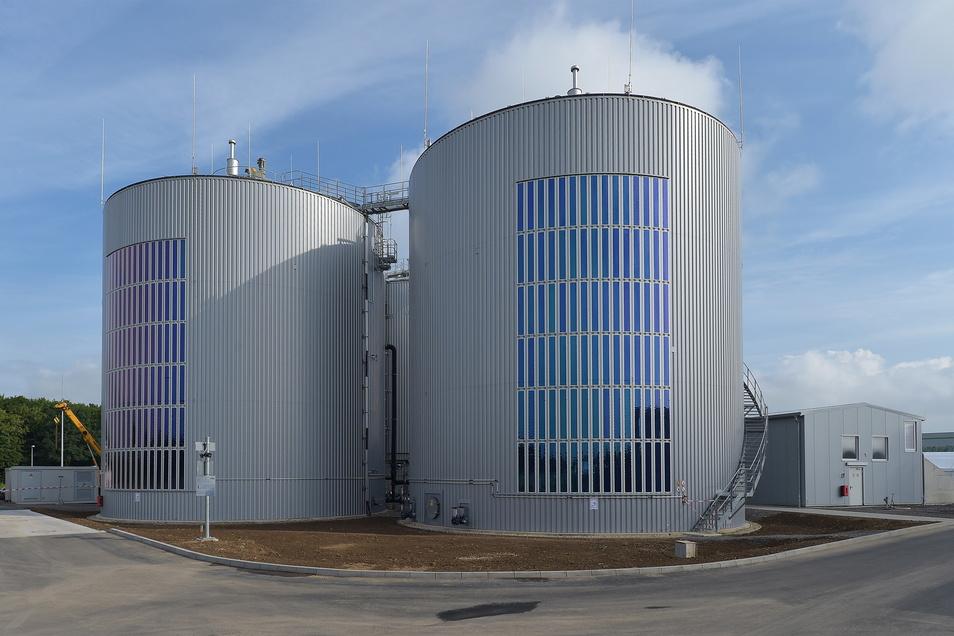 Vorzeige-Beispiel: So können Solarfolien senkrecht an den Silos einer Biogasanlage kleben und dort einen Teil des Lichts in Strom wandeln.