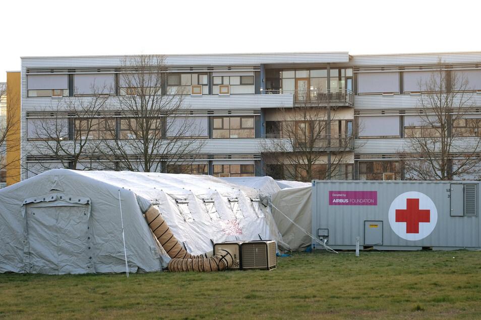 Gehen jetzt in Betrieb: Die beiden Zelte und der Container neben dem Meißner Krankenhaus gehören zu einer neuen Notfall-Testambulanz.
