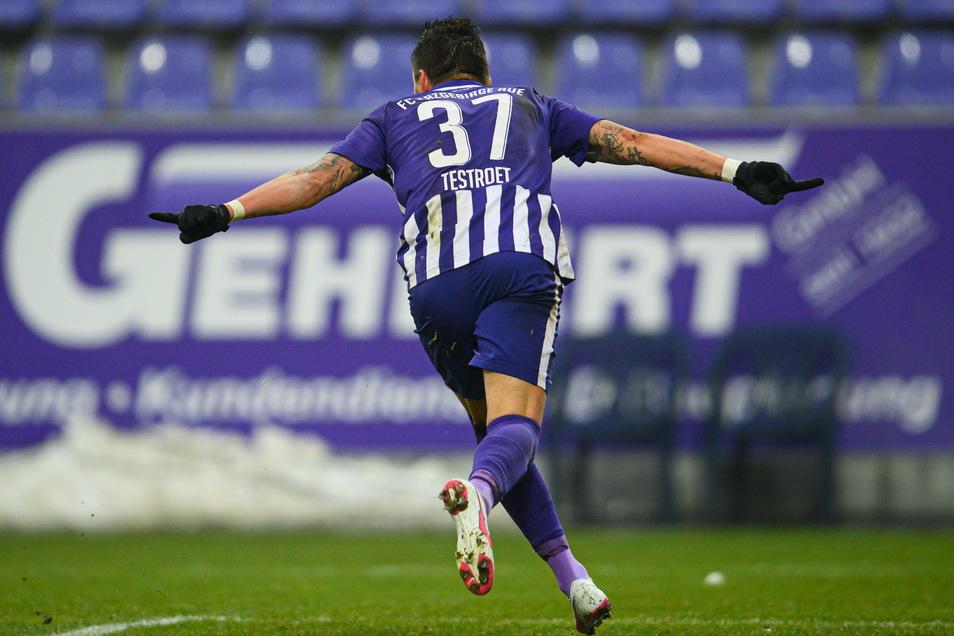 Pascal Testroet feiert seinen Treffer zum 3:1. Für den früheren Dynamo-Stürmer war es bereits der 9. Saisontreffer. Damit steht der 30-Jährige gemeinsam mit zwei weiteren Profis auf Rang 2 der Torjägerliste in Liga 2.