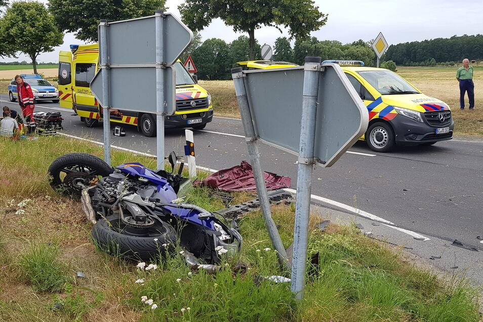 Nach dem Zuammenstoß mit dem Mercedes kollidierte das Motorrad auf der Gegenseite mit einem Verkehrsschild.