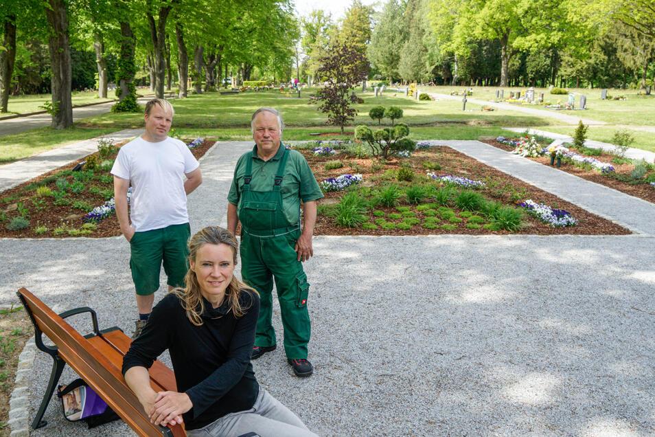 Sandra Theusner vom Fachverband begleitet das Projekt Garten der Erinnerung auf dem Bischofswerdaer Friedhof. Realisiert wird es durch die Gärtnerei Krauße, die Martin (l.) und Erhard Döring führen.